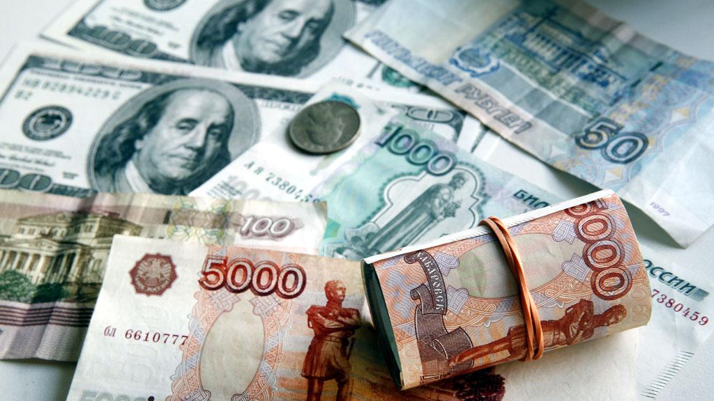 Купюры отечественной валюты и доллары