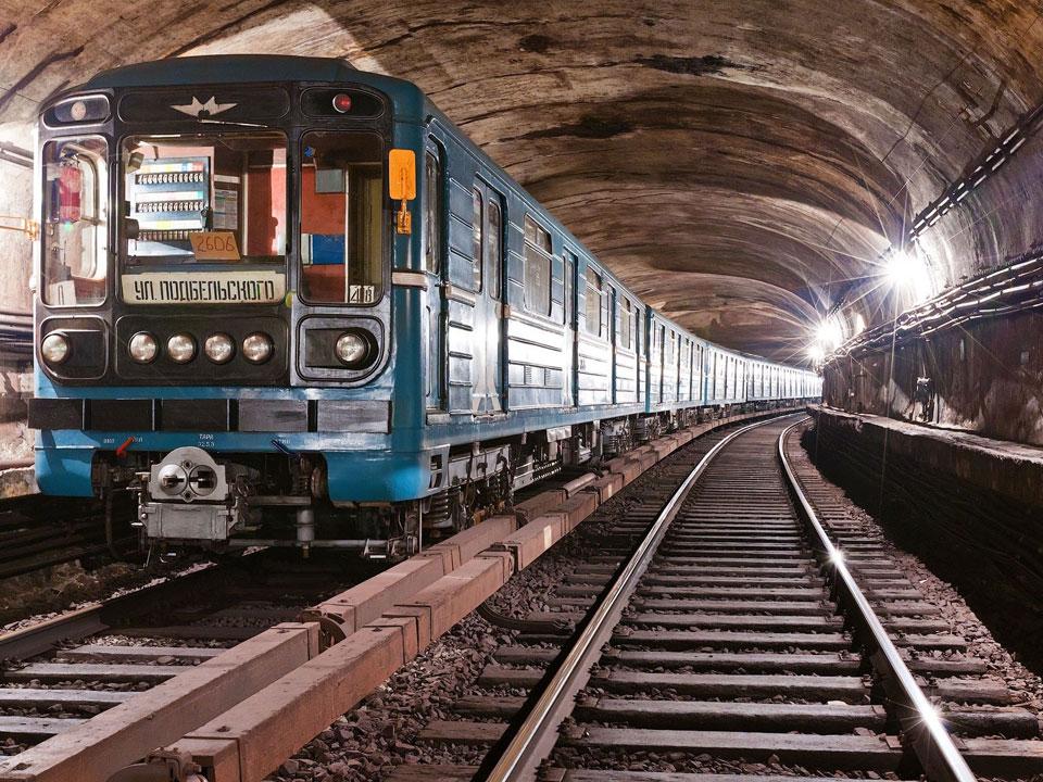 Движение состава метро