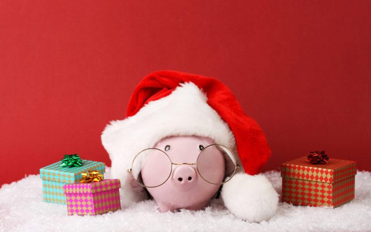 Фигурка свиньи в шапке