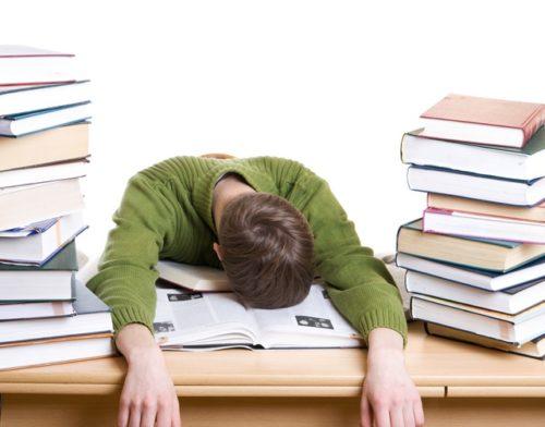 студент уснул на книгах