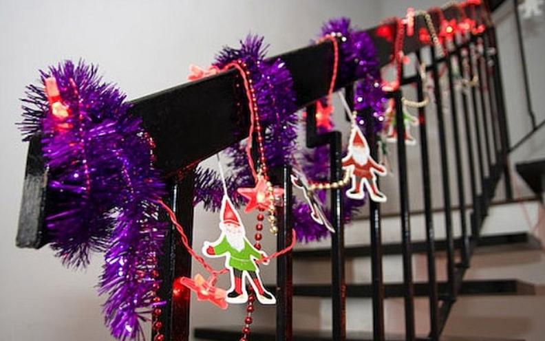 Новогодние украшения на перилах