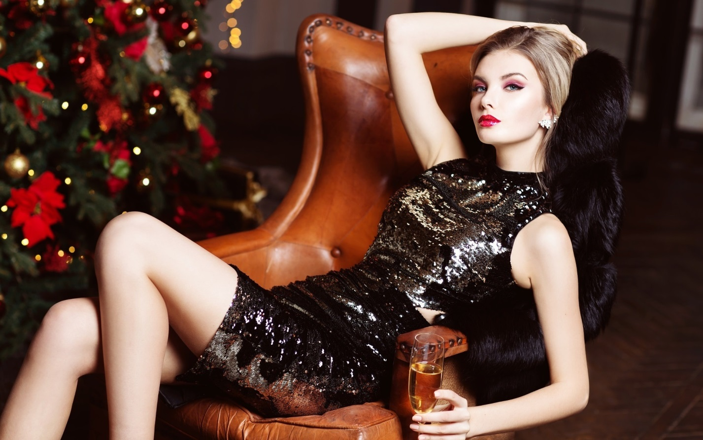 девушка в новогоднем черном платье
