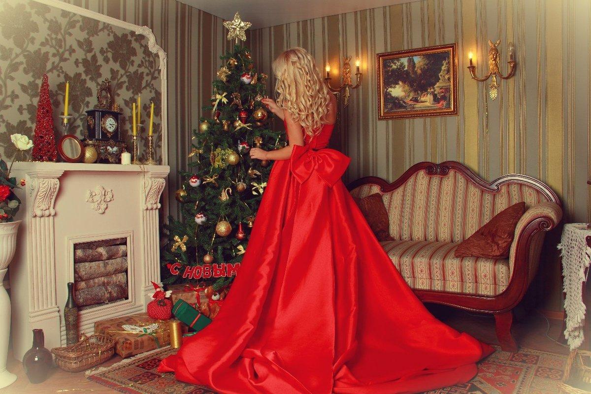 девушка в новогоднем красном платье