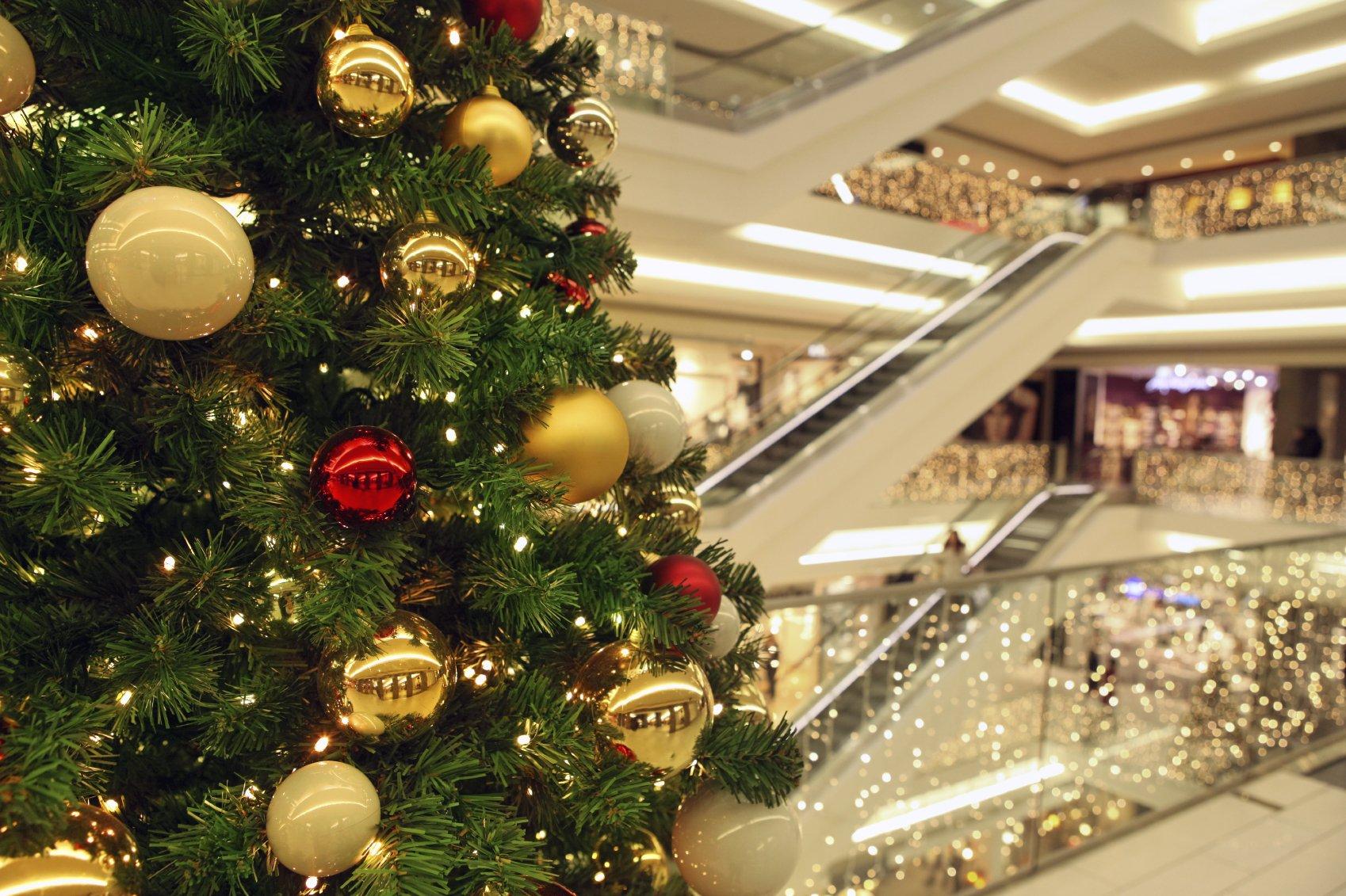 Новогодние украшения в магазине