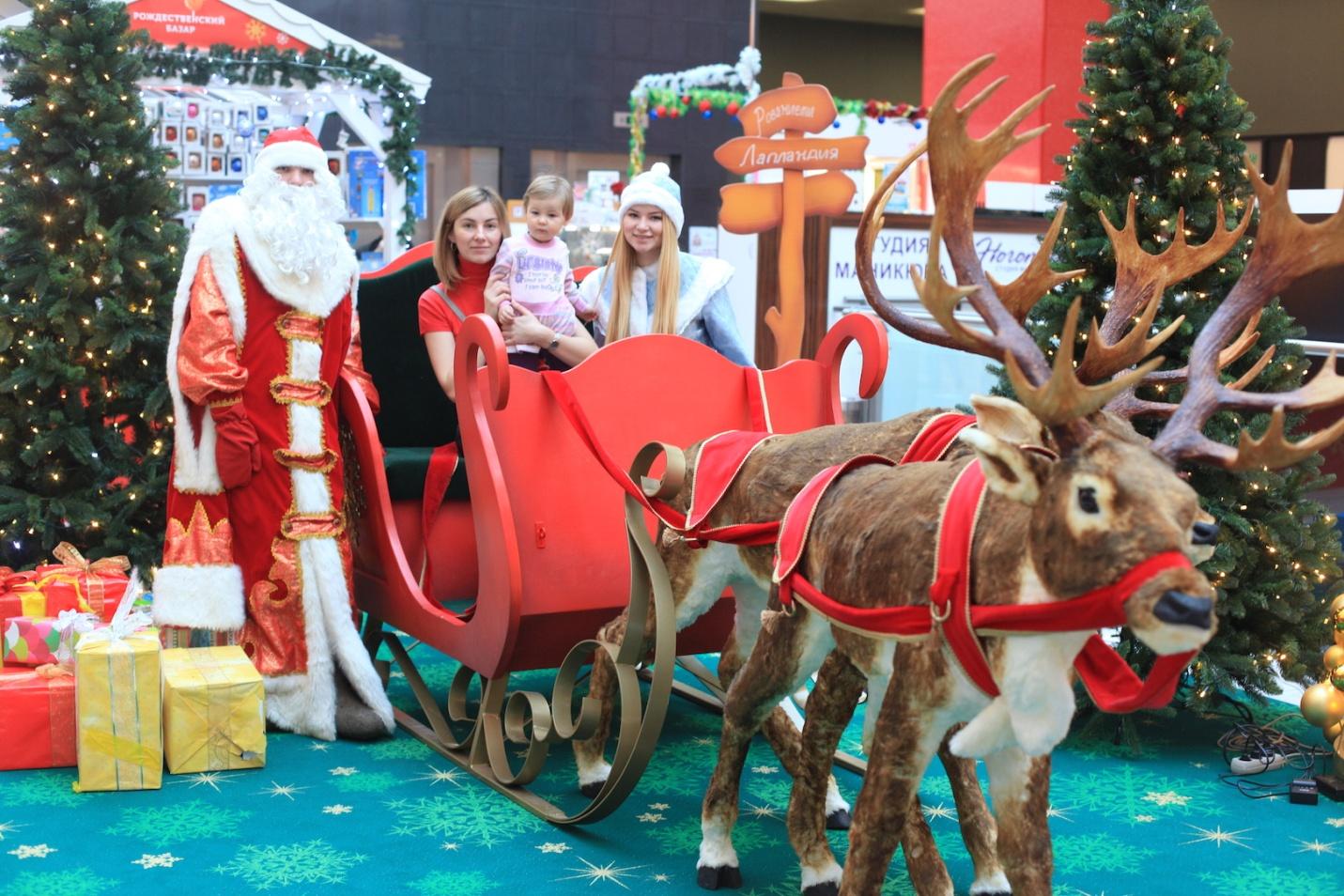 Новогодние сани Деда Мороза в магазине