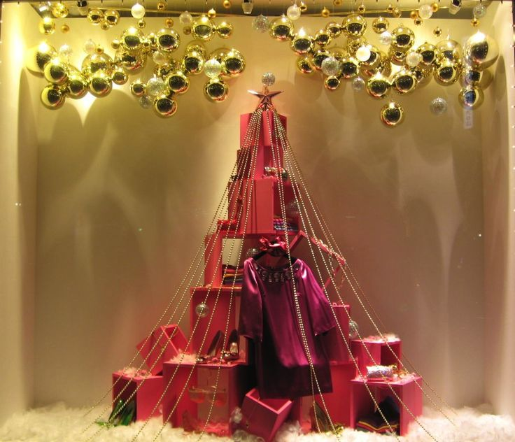 Гора из подарков в магазине