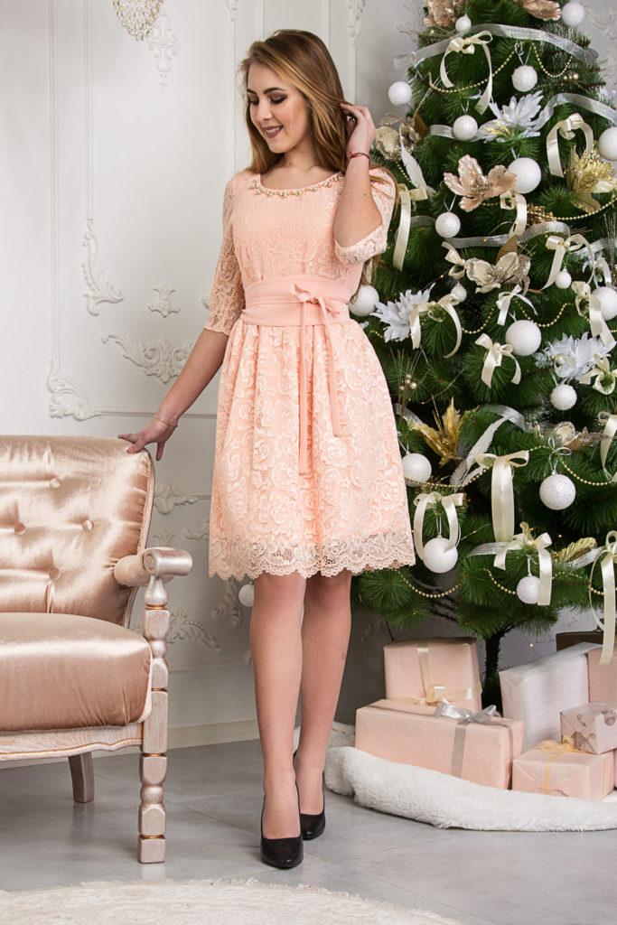 девушка в платье персикового цвета