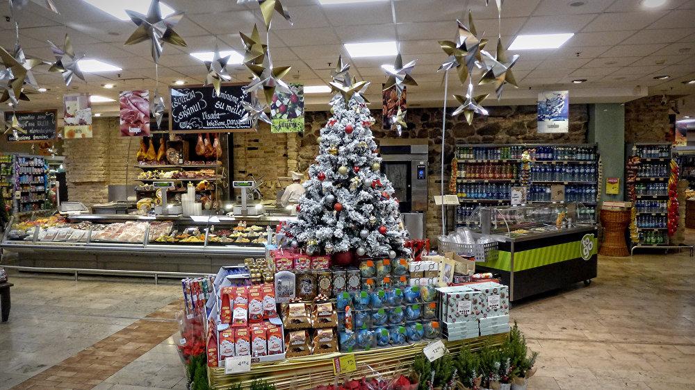 Новогодние украшения в продуктовом магазине