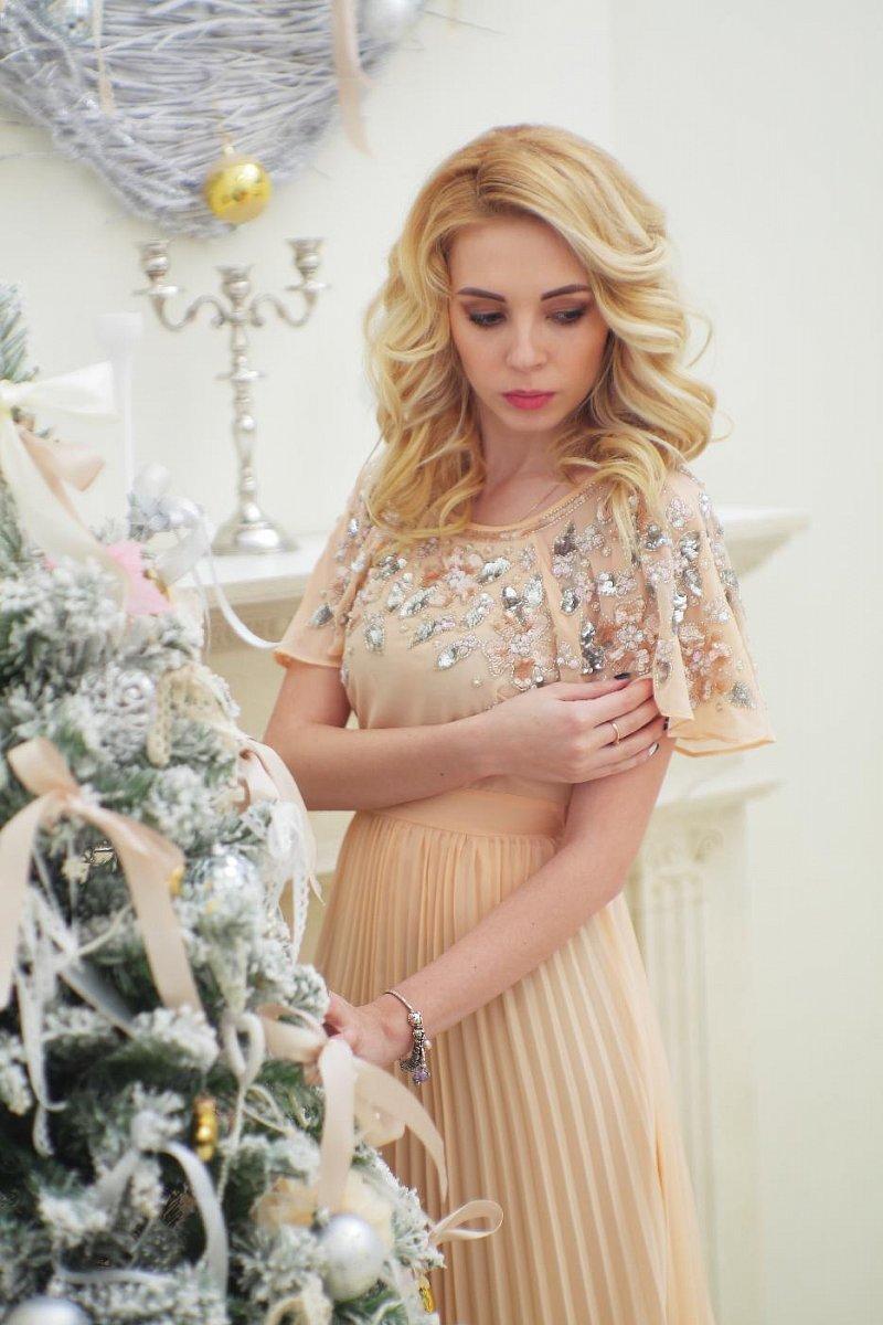 девушка в пастельном платье