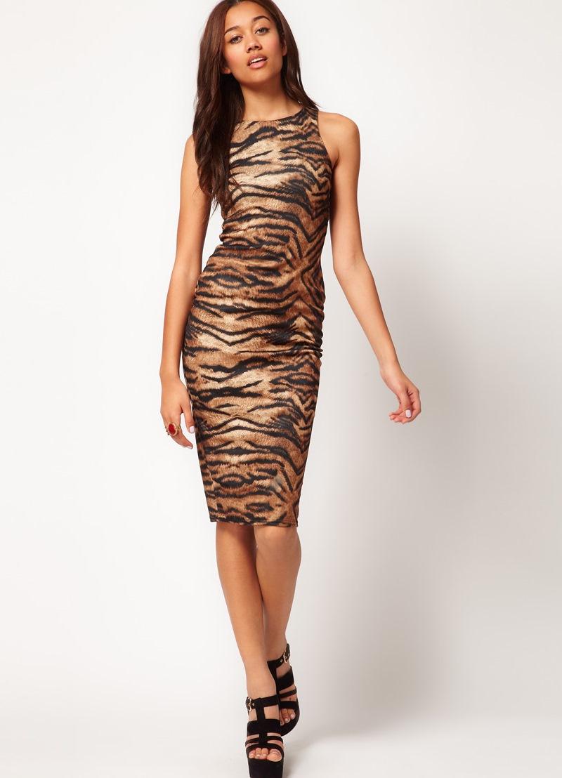 девушка в тигровом платье