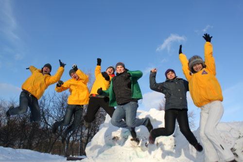 студенты прыгают зимой