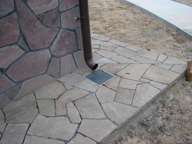 пример каменной отмостки дома